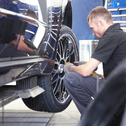 Tyre changing with new alu rim on a suv