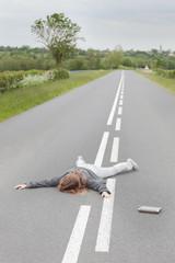 femme allonger sur la route