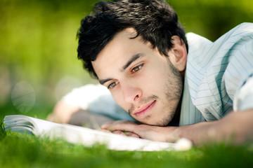 homme brun lecture détente loisir