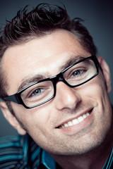 homme caucasien / européen lunettes sourire