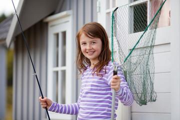 junges mädchen geht angeln
