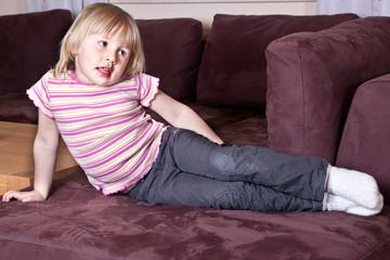 Maedchen auf dem Sofa 556