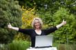 glückliche hübsche blonde Frau mit Laptop in Siegerpose