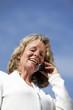 lachende blonde hübsche Frau telefoniert mit Mobiltelefon