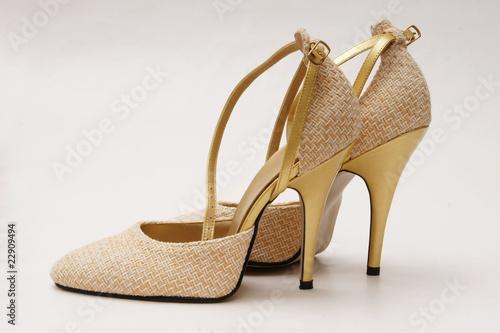 goldene pumps high heels von kramografie lizenzfreies foto 22909494 auf. Black Bedroom Furniture Sets. Home Design Ideas