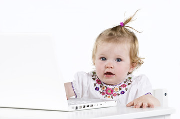 Kleinkind am Computer