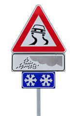 Segnale isolato di strada scivolosa con neve e pioggia