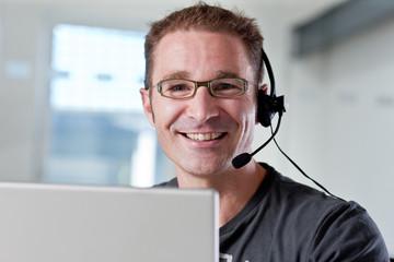 Junger Mann im Callcenter
