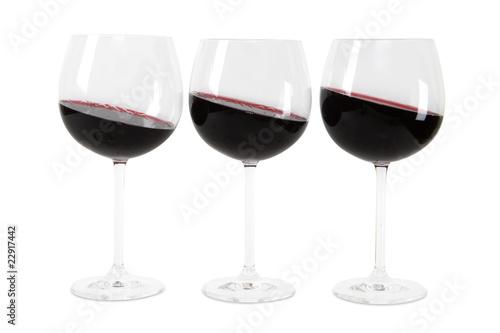 drei Gläser Rotwein mit exaktem Beschneidungspfad