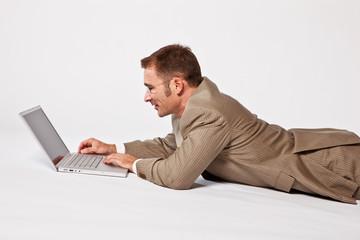 Geschaeftsmann arbeitet am Laptop