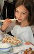 fillette au restaurant asiatique