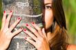 Mujer escondida tras una palmera