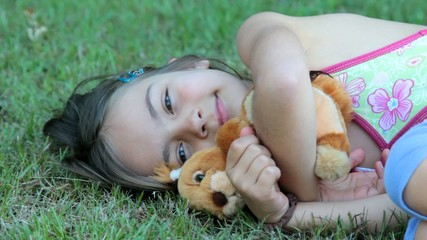 sieste dans l'herbe avec la peluche écureuil