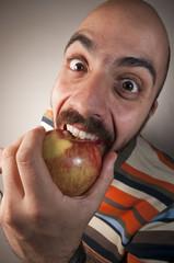 uomo che mangia una mela
