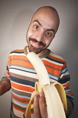 uomo che mangia una banana