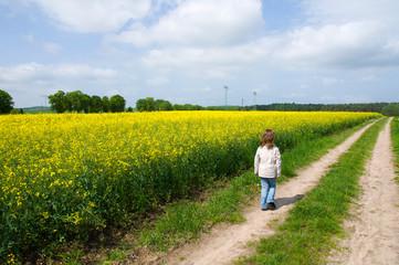 Mädchen auf dem Feldweg