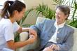 portrait souriant d'une soignante avec une retraitée