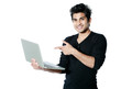 homme métis ordinateur portable fond blanc