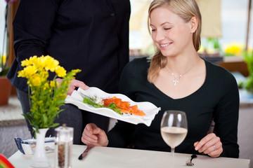 frischer lachs im restaurant