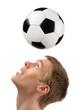 Fußballer zeigt seine Kopfball-Künste