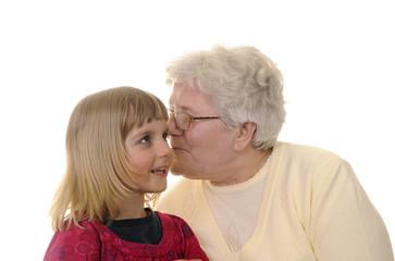 Oma und Enkelin fluestern
