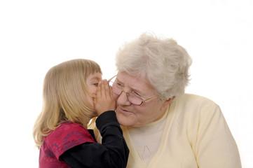 Oma und Enkelin flüstern