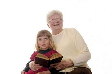Oma und Enkelin lesen