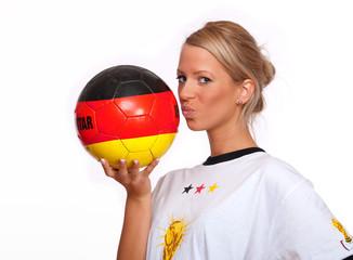 Frau küsst Ball