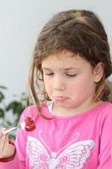 Das Mädchen und die Erdbeere