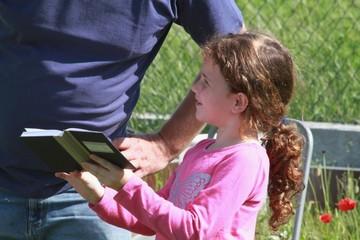 Mädchen liest vor