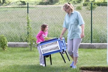 Kind will beim Wäschetragen helfen