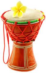 djembé fleuri, instrument de percussion africaine, fond blanc