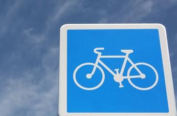 Panneau vélo sur fond de ciel bleu