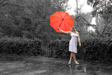 Fototapety Singing in the rain - Frau im Sommerkleid mit Schirm