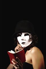 kırmızı kitaplı kadın