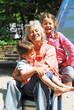Enkelkinder mit Oma auf Rutsche