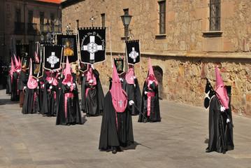 Kapuzenmänner auf einer Prozession