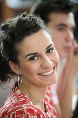 Portrait d'une jeune femme souriante au bureau