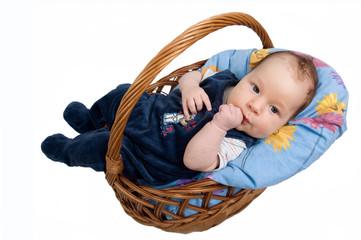 Baby im Weidenkorb