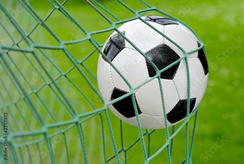 Fußball fliegt ins Tor!