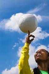 Frau balanciert Fußball