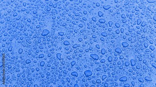 Motorhaube mit Regentropfen,blau