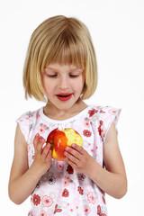 blondes Mädchen mit Apfel 4