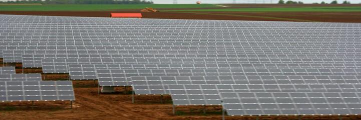 un champ de panneaux solaires
