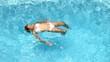 Jeune femme se relaxant dans une piscine.