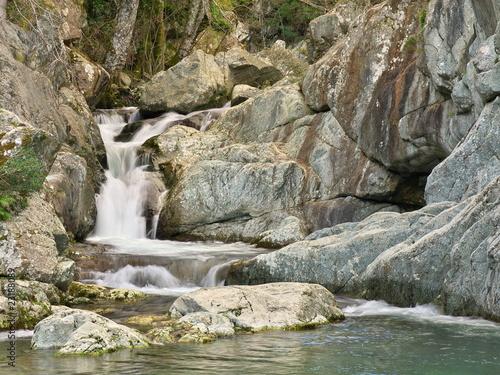 Cascade entre les rochers d'une rivière de Haute Corse