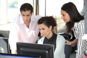 Homme et femmes d'affaires au bureau