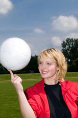 Mädchen balanciert einen Fußball