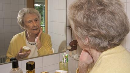 Seniorin bei der Gesichtspflege