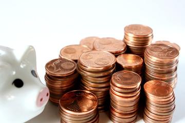 Geldstapel mit Sparschwein